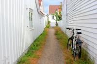 Hederlig omtale - Ein sykkel parkert i ei av Mandals bakgater-SYKKELBYEN MANDAL,som den kalles!