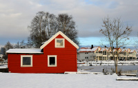 Rødt hus i hvit snø